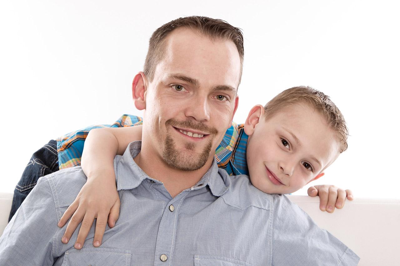 Gesicht von Vater und Sohn lachend isoliert